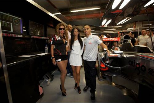 beyonce-and-nicole-scherzinger-at-singapore-formula-one-grand-prix