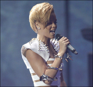 2009-american-music-awards-show-rihanna-performing
