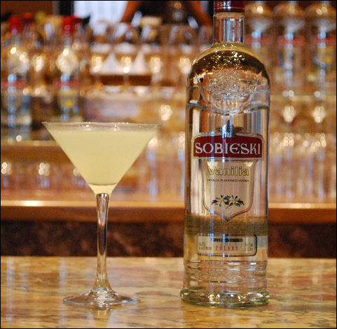 holiday-cocktail-recipes-sobieski-caramel-apple-martini