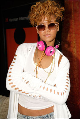 2010-distinctive-assets-grammy-gift-lounge-rihanna
